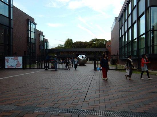 大きな球体が目印の「東京都美術館」