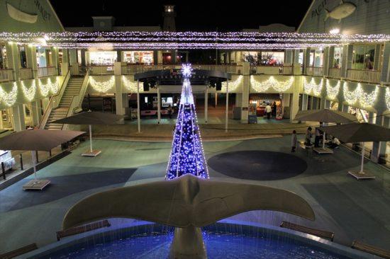 クリスマスツリーの周りをムービングライトが回る演出