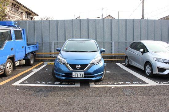 駐車枠からクルマがはみ出してしまう
