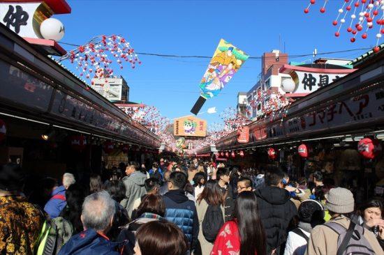 お土産屋さんが並ぶ仲見世通りは、いつも大賑わい。海外からの観光客も多い