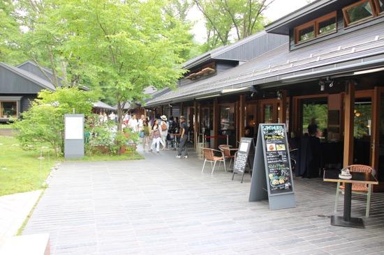 川沿いにレストランやインテリアショップ、食料品店などが並ぶハルニレテラス