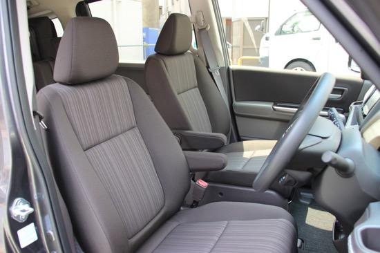 運転席/助手席にアームレストがつくフロントシート