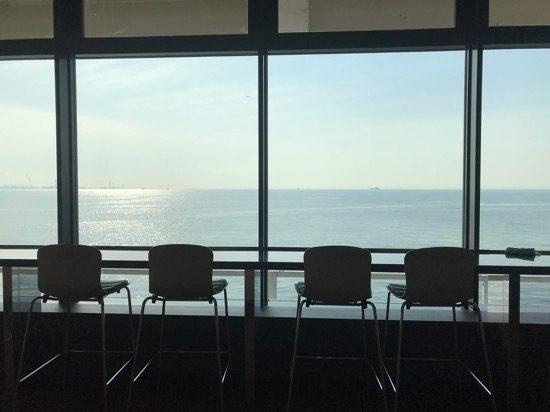 4階の無料休憩所はガラス貼りのオーシャンビュー