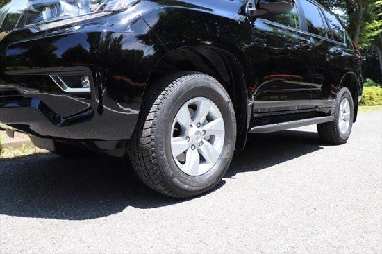 大きなタイヤと高い車高は本格派SUVの証