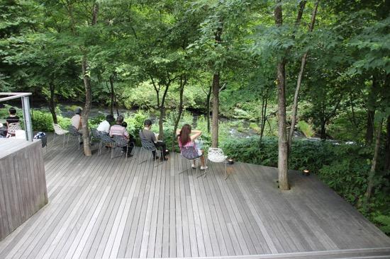 川のせせらぎや野鳥の鳴き声を聴きながらお茶を飲んだり本を読んだりして過ごせる