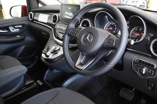メルセデス・ベンツ各モデルに共通するデザインの運転席まわり