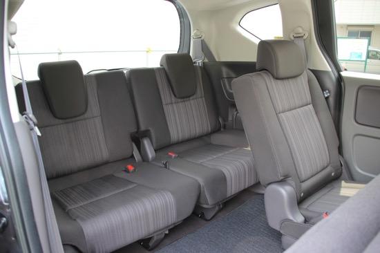 家族とのドライブにも十分なサイズと広さのサードシート