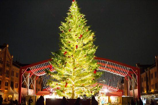 巨大なクリスマスツリーが目をひく