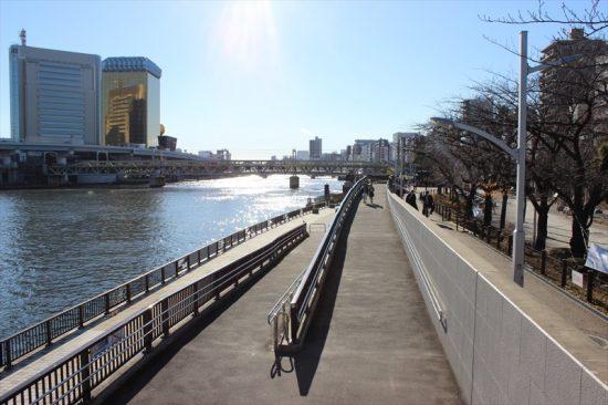 隅田川に沿って広がる隅田公園は、浅草寺とは打って変わってのんびりした雰囲気
