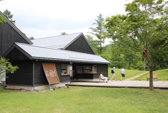 源泉かけ流しが楽しめる「トンボの湯」は村民食堂の隣。森の中の温泉といった風情だ