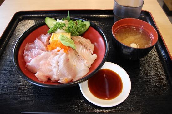 日によって内容が変わる「九十九丼」。この日はタイ、ワサラ、サワラの3種盛り