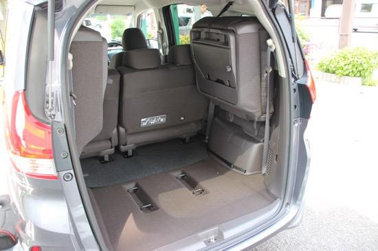 サードシートを左右に跳ね上げれば荷物もたくさん載せられる