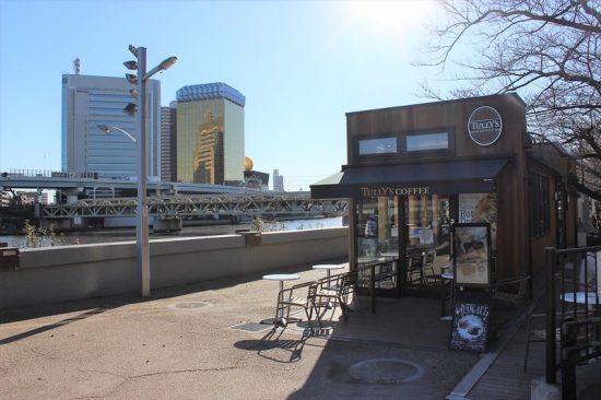 リバーサイドにはカフェもあり。隅田川や東京スカイツリーを見ながらくつろげる