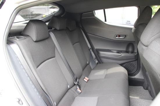 デザイン重視のおかげで少し窓が小さいものの、広さは十分な後席