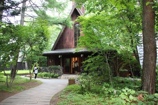 こちらは軽井沢高原教会。撮影は禁止だが、中に入って見学することができる