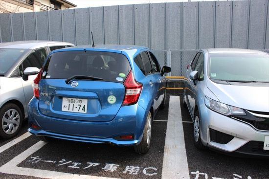 両側に障害物があるとやってしまいがちな前向き駐車