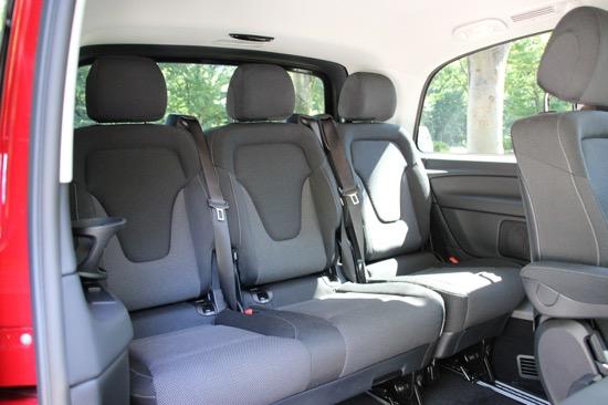サードシートの中央席もしっかりとした広さが確保されているのがうれしい