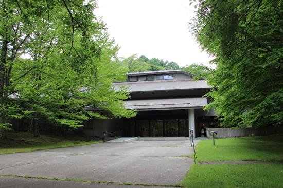 「セゾン現代美術館」は緑の森の中の美術館。彫刻作品とともにめぐる庭園も見どころのひとつ