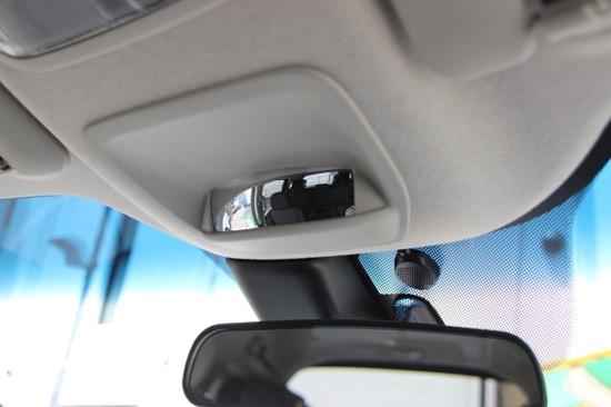 ルームミラーの上に装備された車内を見わたせるミラーで、後席に乗る子どもの様子が見られる