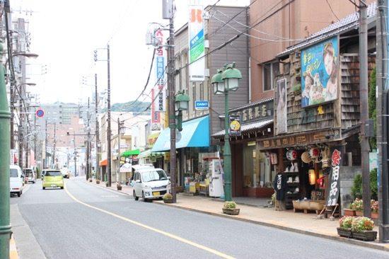 通り沿いの景色はまるで昭和にタイムスリップしたかのよう。古くからのお店が並ぶ