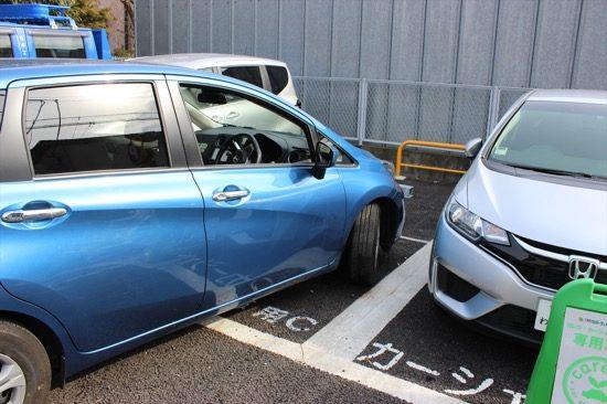 前向き駐車の状態だと、出るときに左右の障害物と接触するリスクが高い