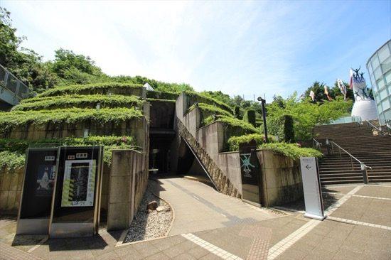 ユニークなこちらの建物は「岡本太郎美術館」。故岡本太郎氏の作品が展示されている
