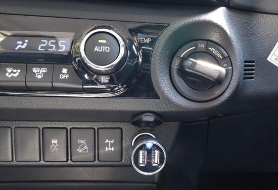右上のダイヤルが2WDと4WDの切り替えダイヤル。下に並ぶスイッチが電子制御システムのON/OFF