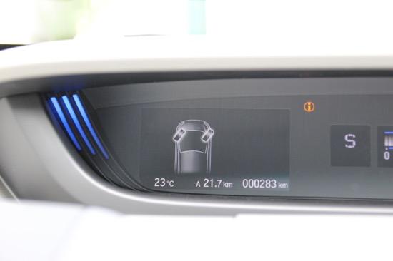 中央のディスプレイにはタイヤの向きを表示させることも。駐車時に迷う心配がなくなる