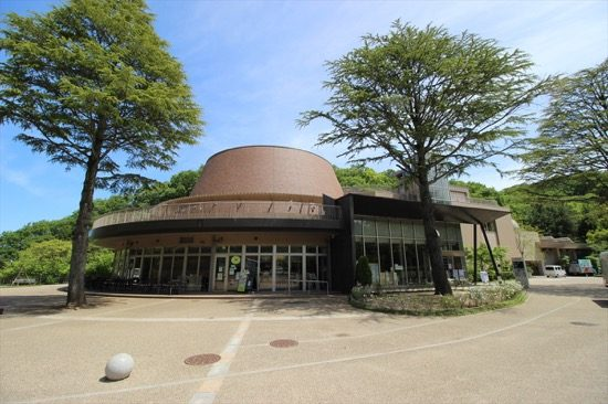 川崎の自然に関する展示やプラネタリウムなどを通じて自然科学の体験ができる「かわさき宙(そら)と緑の科学館」