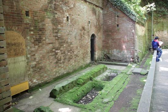 レンガ作りの旧要塞施設は、明治時代に作られたもので「国史跡」に指定される歴史遺産