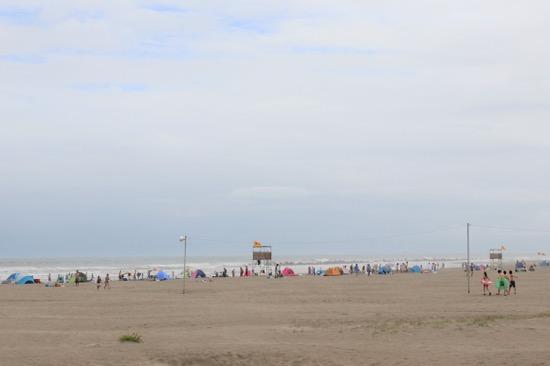 「海の家」もたくさんあり、浜辺は海水浴客で賑わっていた
