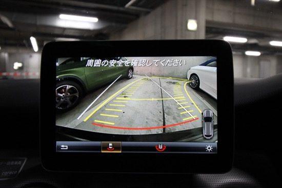 ハンドルを切った方向にガイドラインを表示するバックモニター「パーキングアシストリアビューカメラ」を装備。
