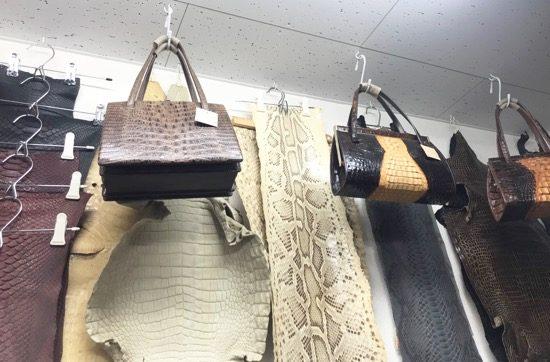 日暮里繊維街の中でも珍しいレザーも多数取り扱っています。