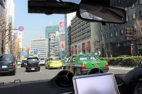 246青山通り、表参道~外苑前エリアは、高級ブランド店や高級車ディーラーが並ぶ