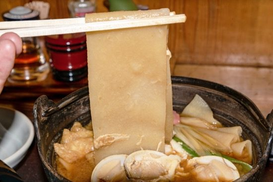 幅広の手打ち麺。もちもちとした食感でやみつきになりそう