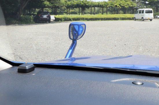フロントアンダーミラーは左前周辺の視界を補うと同時に、車幅感覚を掴むにも役立つ
