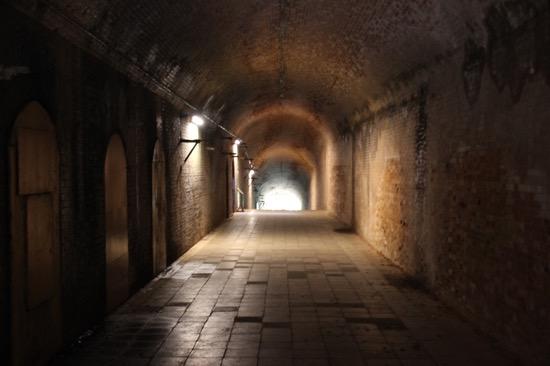 トンネルの内部には、横に様々な部屋がある。司令部跡や弾薬庫だったそうだ