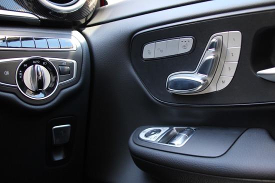 シート調整はドアのスイッチで行う。ヘッドライトスイッチの下は電動パーキングブレーキ