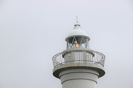 灯台の上を見上げると回転する光源が見られ、今も現役であることがわかる