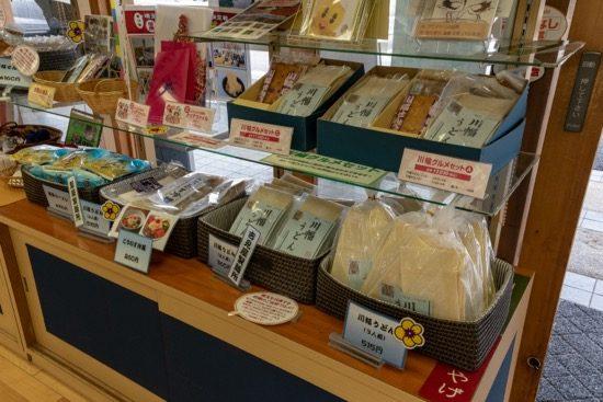 「川幅うどん」をはじめ、「こうのす冷麺」、「鴻巣ラーメン」といった地元名産品が販売されている