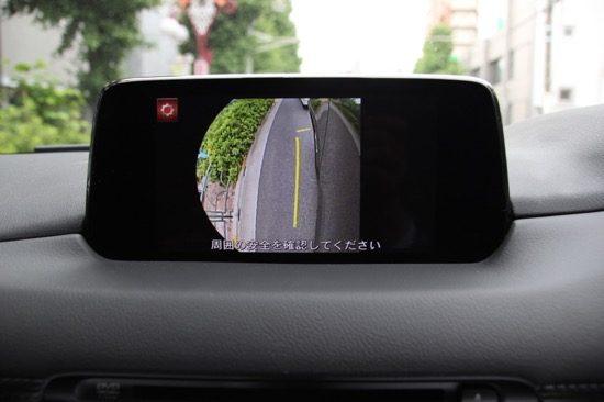フロントカメラ、サイドカメラでも周辺を確認できる