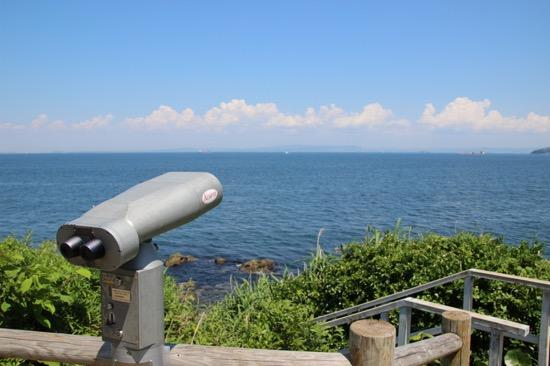 左手には横浜の街が。そして対岸には房総半島が見える。房総半島、意外と近い!