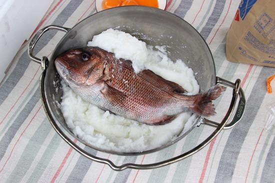 卵白が混ざったら魚をダッチオーブンの中に