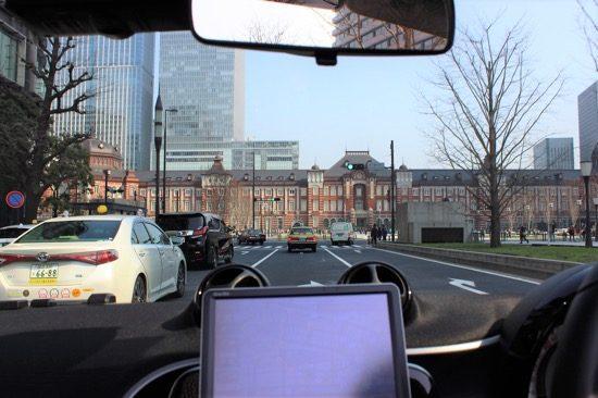 「行幸通り」を曲がると、眼の前に東京駅の駅舎が現れる
