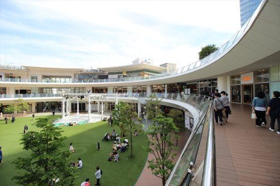 「ルーファ広場」を囲むようにお店が並ぶ「ラゾーナ川崎プラザ」は、川崎の人気スポット