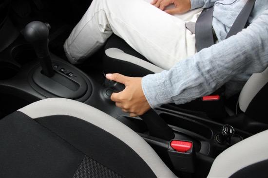 サイドブレーキが固くて降りないときは、レバーを持ち上げてボタンを押す
