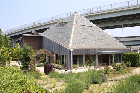 「人と自然の共生館」は、ハーブ園とガラス温室がある他、資料展示室もある