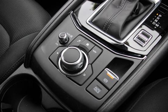 オーディオやカーナビは手元で操作するタイプ。パーキングブレーキは電動式