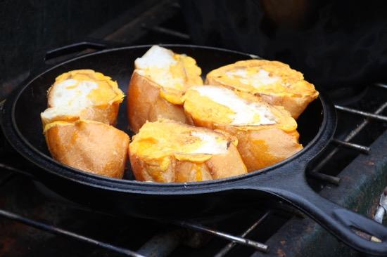 残った卵黄にフランスパンを浸して焼いてみた
