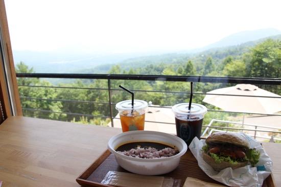 テラス席はもちろん、店内からもこんな景色を見ながら食事ができる。ペットスペースもあり